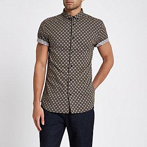 Bruin aansluitend overhemd met korte mouwen en tegelprint
