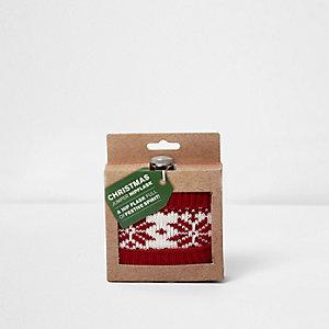Rote Flasche mit festlichem Weihnachtspullover