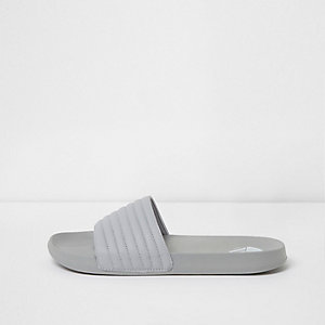 Lichtgrijze doorstikte slippers