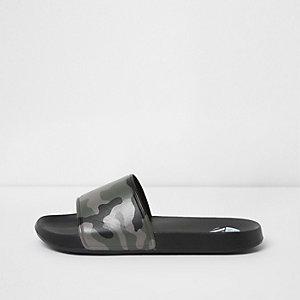Schwarze Slipper mit Camouflage-Muster