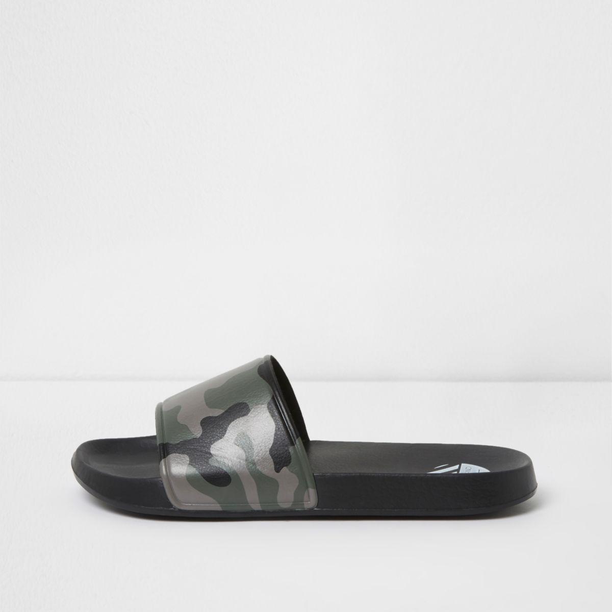 Zwarte slippers met camouflageprint