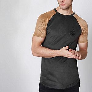 Zwart T-shirt met bruine raglanmouwen van imitatiesuède
