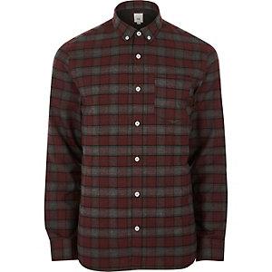 Chemise boutonnée rouge foncé à carreaux et manches longues