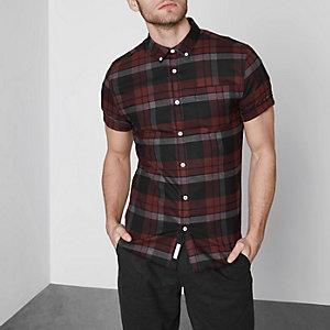 Donkerrood geruit aansluitend overhemd met korte mouwen