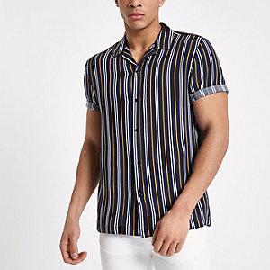 Marineblauw gestreept overhemd met korte mouwen en reverskraag