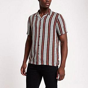 Chemise rayée rouge à col à revers et manches courtes