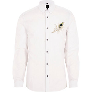 Wit slim-fit overhemd met geborduurde pauwenveer