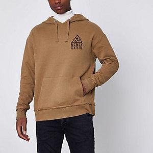 Bruine hoodie met driehoekprint op de borst