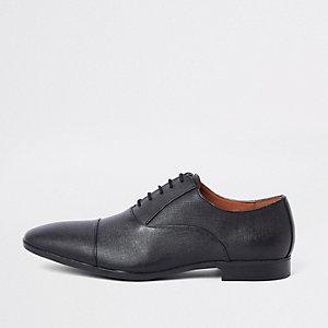 Schwarze Oxford-Schuhe mit geprägter Zehenkappe