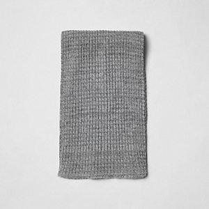 Écharpe grise en maille côtelée