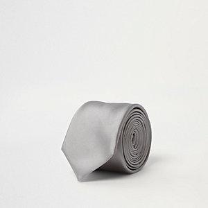 Cravate en satin argentée à pince