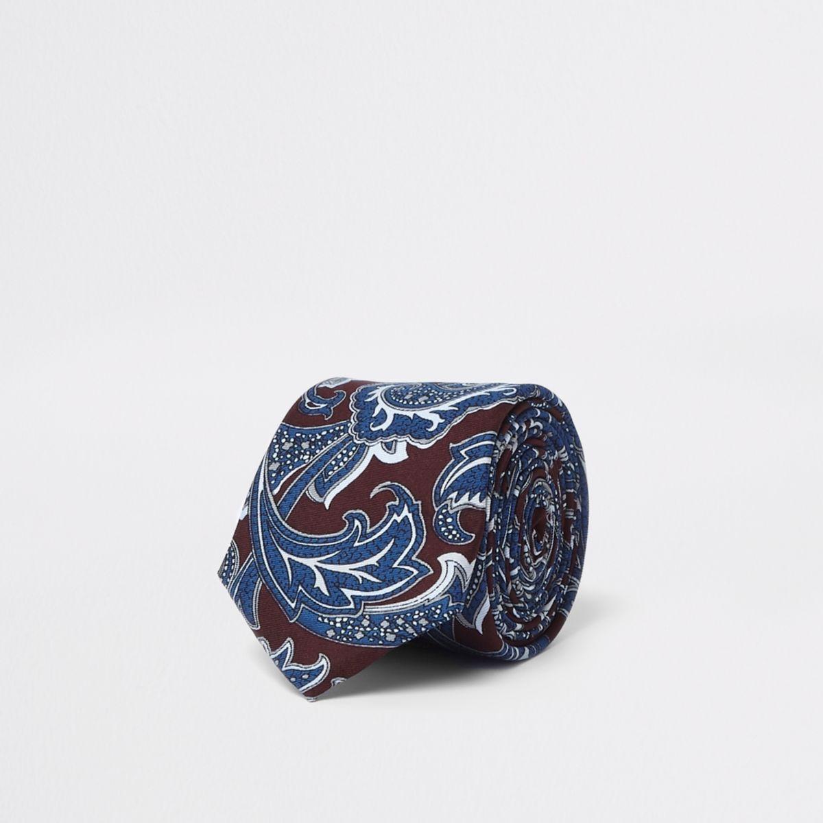 Bordeauxrode met marineblauwe stropdas met paisleyprint