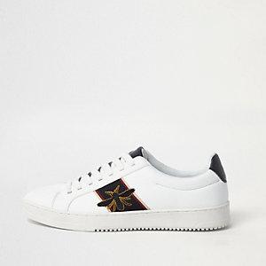 Witte sneakers met geborduurde wesp