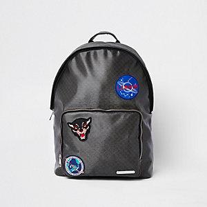 Brauner Rucksack mit Vordertasche