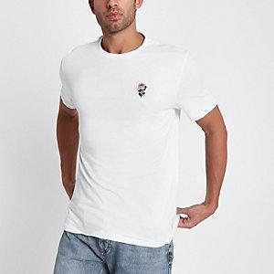 Wit slim-fit T-shirt met geborduurde roos op de borst