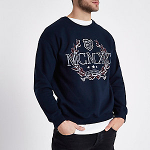 Sweat-shirt bleu marine à imprimé floqué « MCMX »