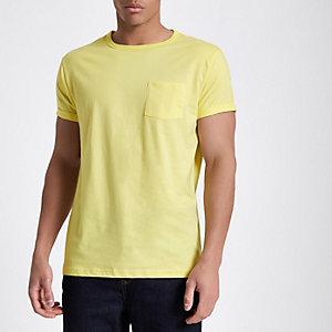 Geel T-shirt met zakje en omgeslagen mouwen