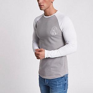 T-shirt ajusté gris brodé à manches raglan