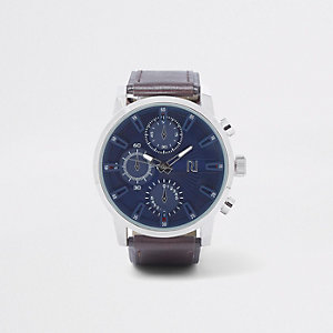 Bruin horloge met grote blauwe wijzerplaat