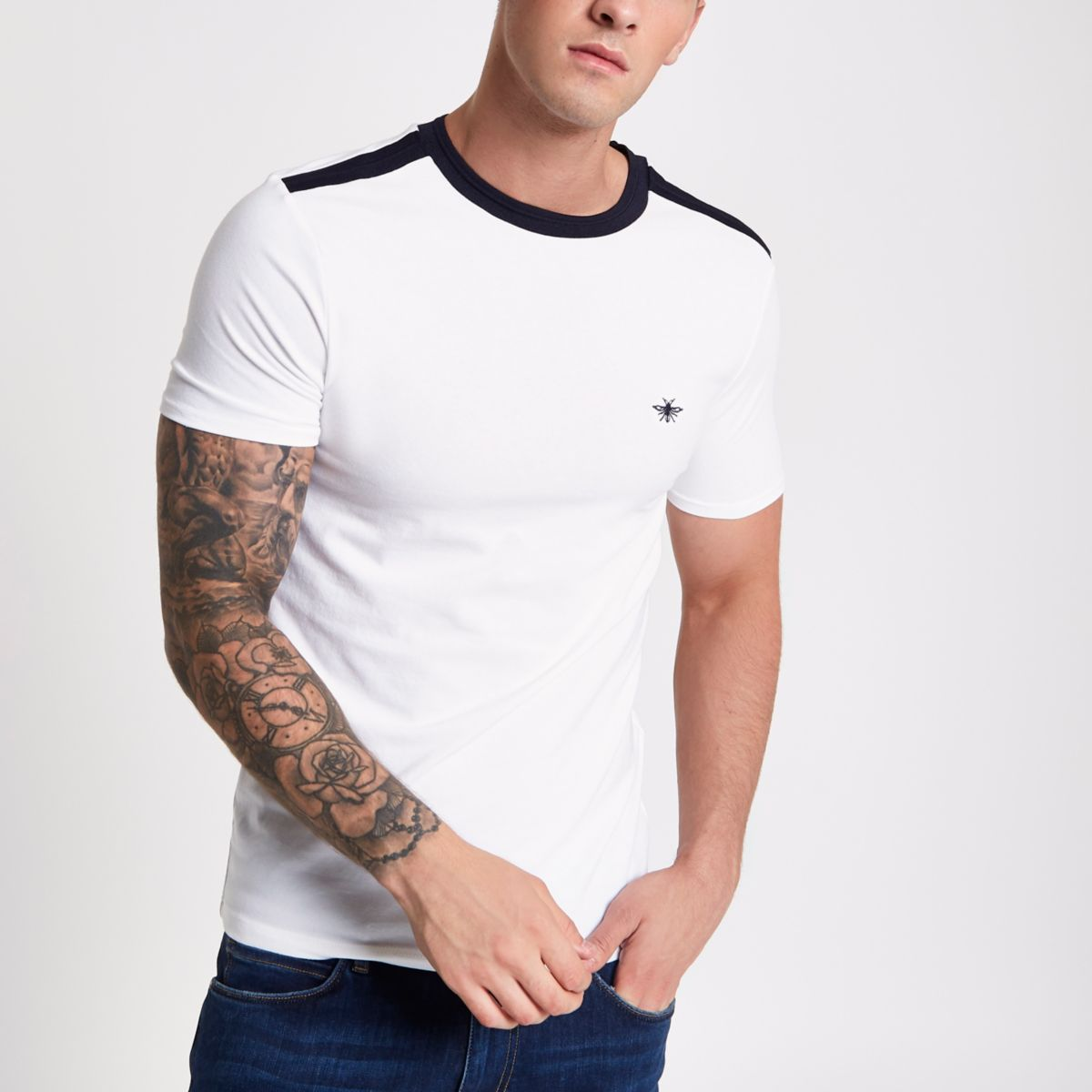 White muscle fit wasp embroidery T-shirt