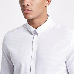 Wit jacquard overhemd met metalen pin aan de kraag