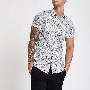 Wit aansluitend overhemd met paisleyprint en korte mouwen