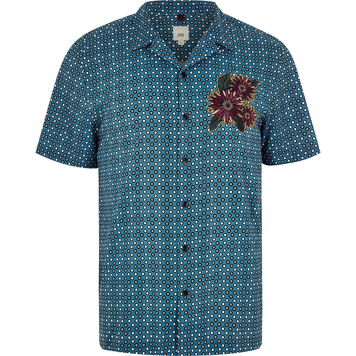 Blaues Hemd mit Kachelmuster und Blumenstickerei