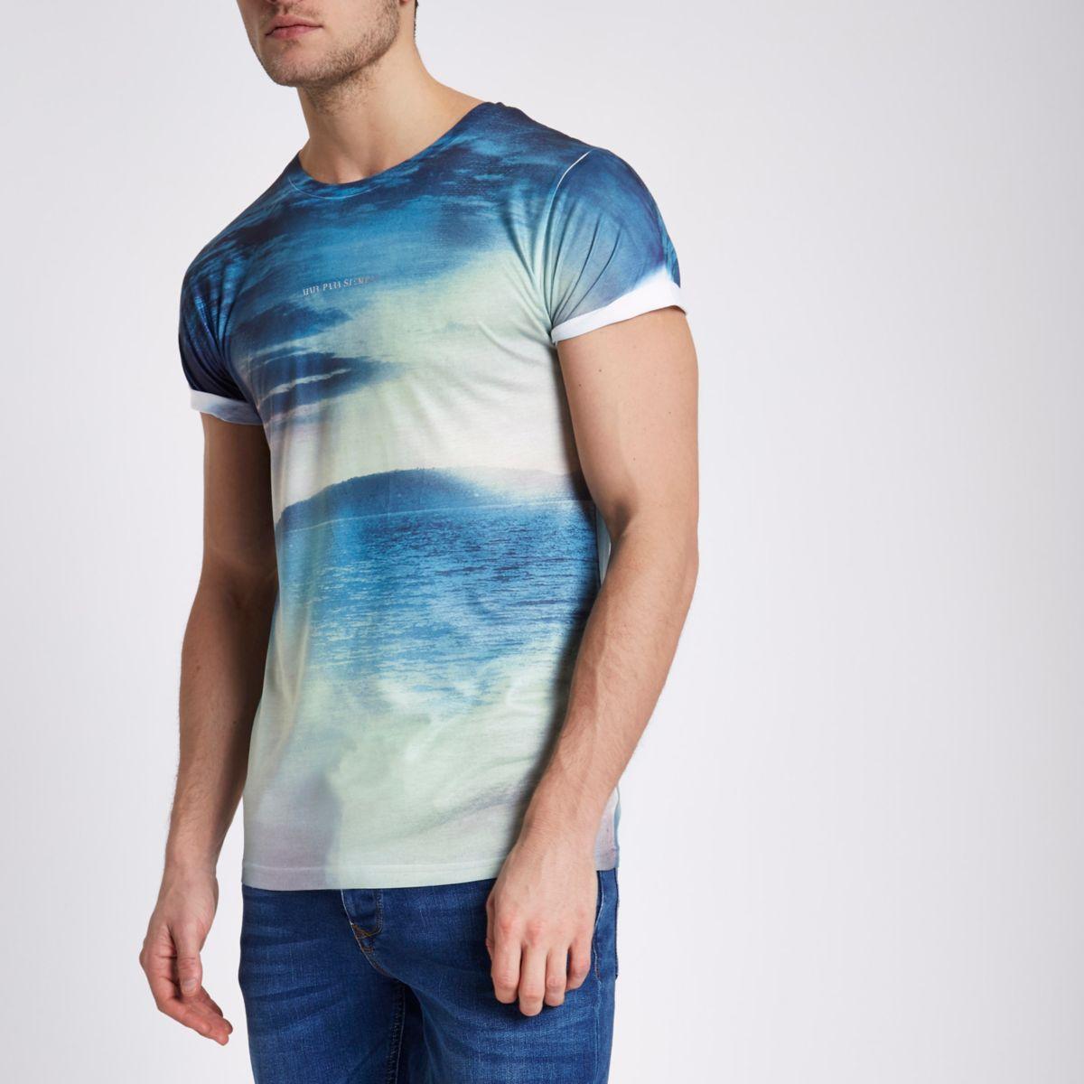 Blauw T-shirt met landschapsprint en opgerolde mouwen