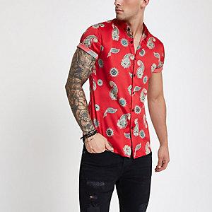 Rode satijnen slim-fit overhemd met korte mouwen en paisleyprint