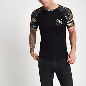 Zwart aansluitend T-shirt met raglanmouwen en barokprint