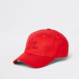 Casquette de baseball rouge avec inscription « carpe diem » brodée