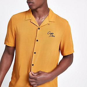 Geel geborduurd overhemd met 'carpe diem'-print