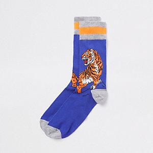 Blauwe nieuwe sokken met geborduurde tijger