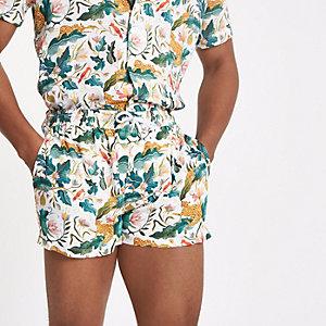 Weiße Shorts mit Dschungelprint
