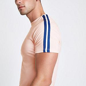 T-shirt rose ajusté à bande et broderie guêpe