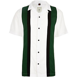 Weißes, kurzärmliges Hemd mit Blockfarben