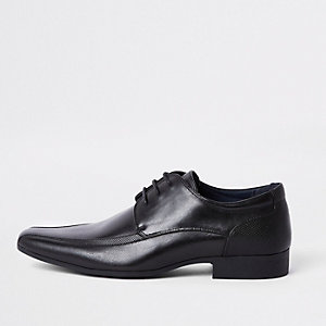 Zwarte veterschoenen met puntige neus
