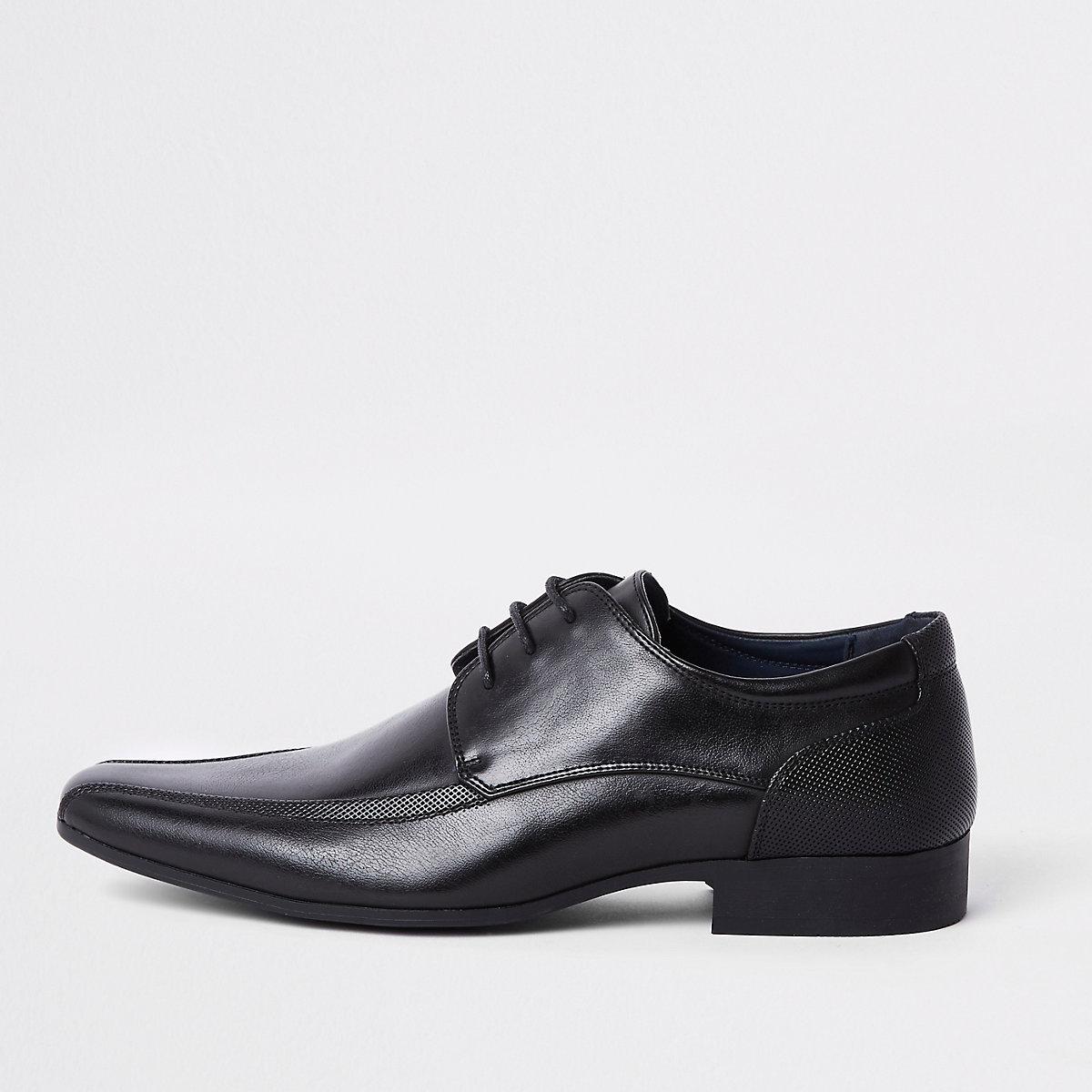 Schwarze, spitze Schnürschuhe