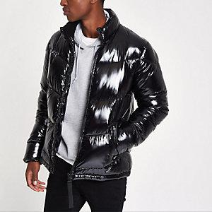 Zwarte glanzende gewatteerde jas met opstaande kraag