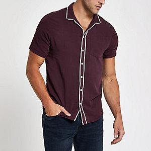 Chemise rouge foncé avec col à revers et bords contrastants