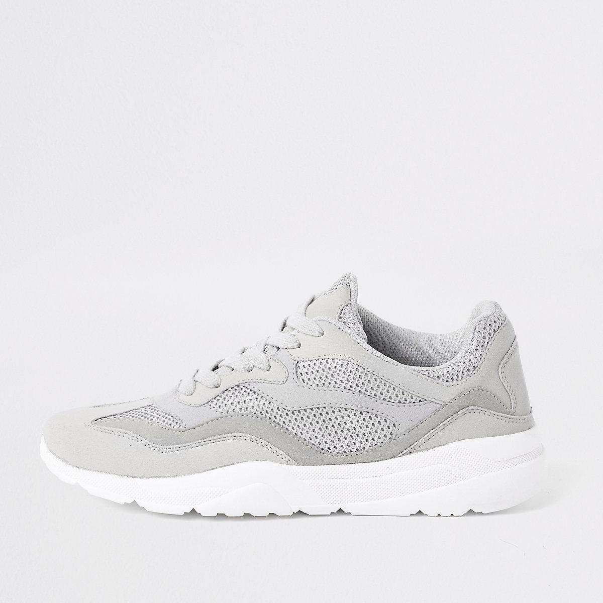 Steingraue Sneaker zum Schnüren