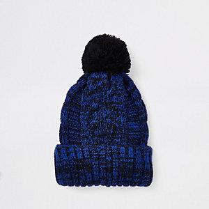 Bonnet en maille torsadée bleu marine à pompon