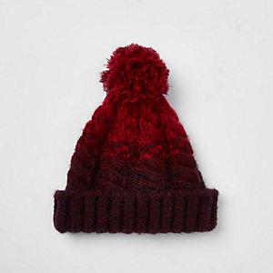 Bonnet en maille torsadée rouge à pompon