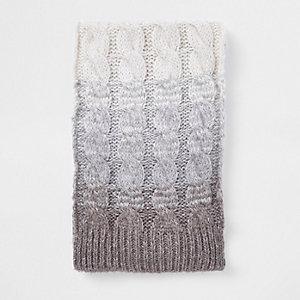 Grijze ombre gebreide sjaal