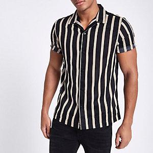 Zwart gestreept overhemd van keperstof met korte mouwen