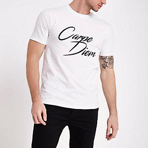 """Weißes, kurzärmliges T-Shirt """"Carpe Diem"""""""