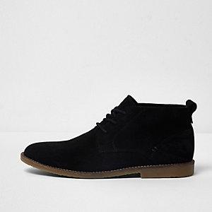 Zwarte suède desert boots met oogjes en brede pasvorm