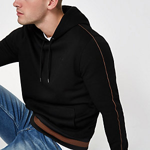 Zwarte slim-fit hoodie met bies en geborduurde wesp