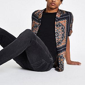 Zwart overhemd met sjaalprint en korte mouwen