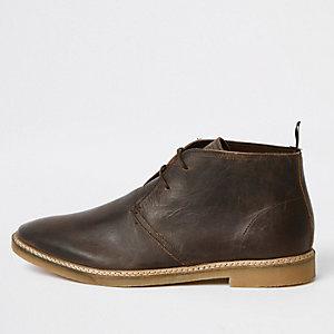 Desert boots en cuir marron foncé à œillets